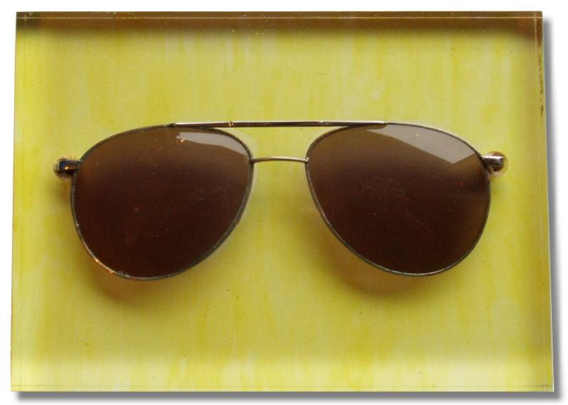 Sonnenbrille auf klarem Sockel