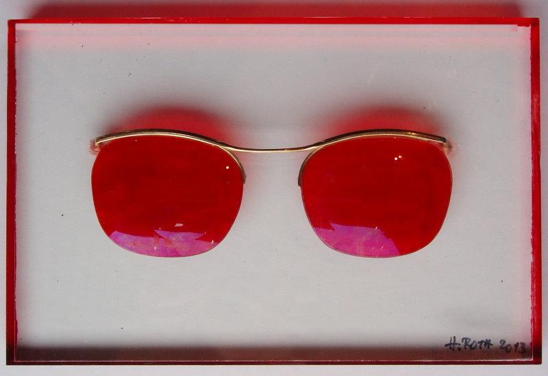 Rote Brille auf Plexiglassockel