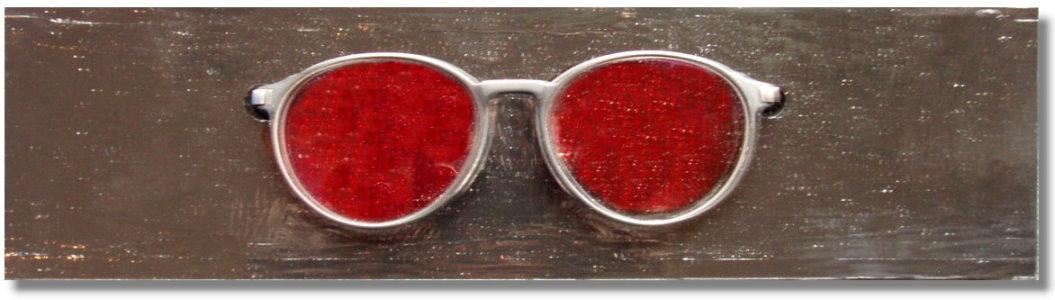 Graue Brille auf grauem Sockel