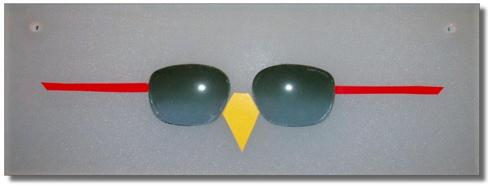 Wandobjekt mit grünen Brillengläsern