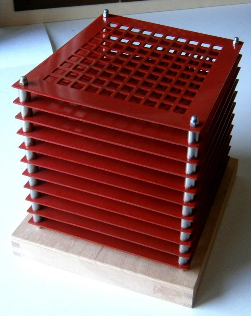 Quader-mit-1100-Gevierten-rot_1300x1640